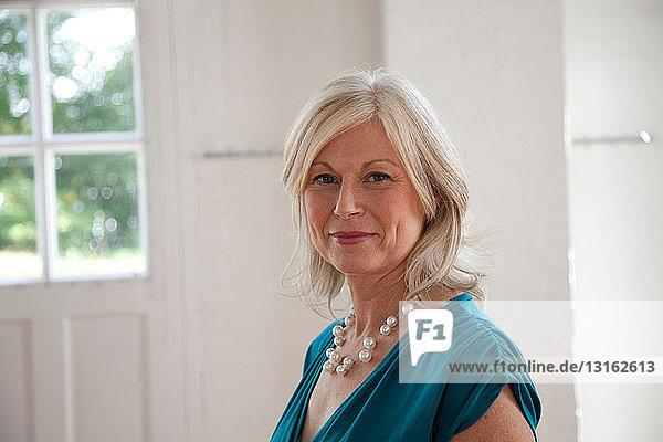 Bildnis einer reifen Frau mit Perlenkette