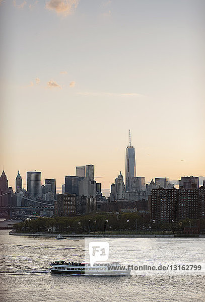Boot auf dem East River  Manhattan  New York  USA