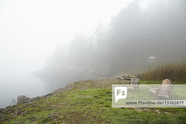 Sitze auf Hügelspitze mit Blick auf den nebligen See  Orcas Island  Bundesstaat Washington  USA