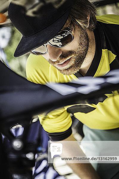Nahaufnahme eines jungen männlichen Mountainbikers beim Fahrrad-Check