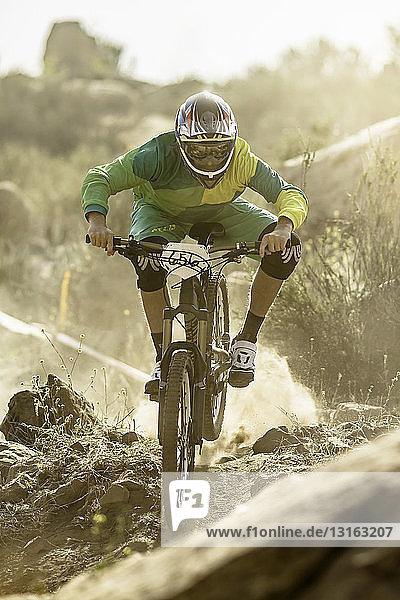 Männlicher Mountainbiker auf staubiger Strecke  Fontana  Kalifornien  USA