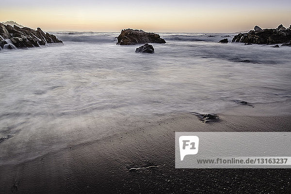 Meer und Felsen bei Sonnenaufgang  Gebiet Monterey Bay  Kalifornien  USA