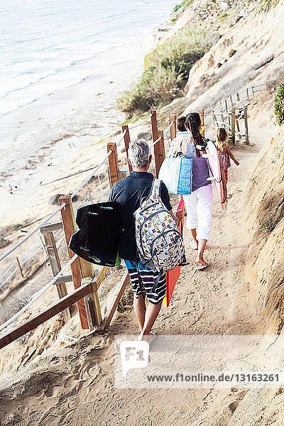 Familie geht mit Surfbrettern zum Strand  Encinitas  Kalifornien  USA