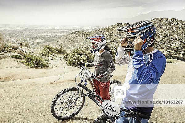 Mountainbikerinnen und Mountainbiker an der Startlinie  Fontana  Kalifornien  USA