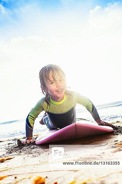 Junges Mädchen praktiziert Surfen am Strand  Encinitas  Kalifornien  USA