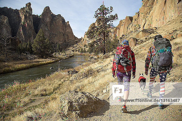Wanderer  die auf Schienen gehen  Smith Rock State Park  Oregon  USA