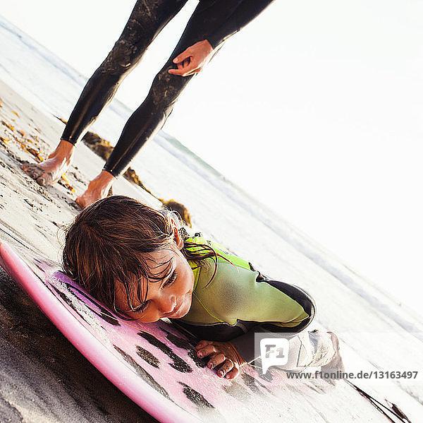 Vater und Tochter lernen am Strand surfen  Encinitas  Kalifornien  USA