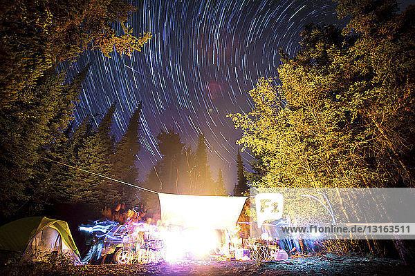 Lange Belichtung von Sternen am Nachthimmel und Lichtspuren am Lagerfeuer  Elinor Lake Recreational Area  Naramata  Britisch-Kolumbien  Kanada