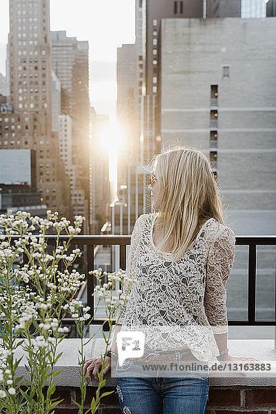 Junge Frau betrachtet Stadtansicht über die Schulter