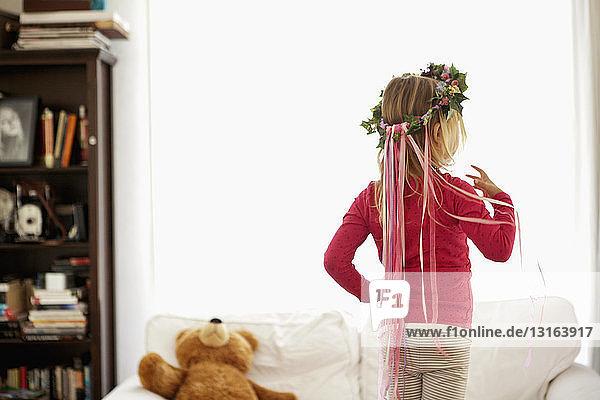 Junges Mädchen mit Efeu und Bandkopfschmuck