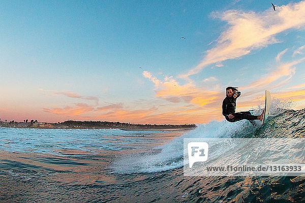 Junger männlicher Surfer surft auf einer Welle  Cardiff-by-the-Sea  Kalifornien  USA