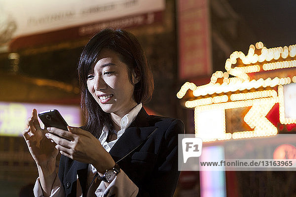 Geschäftsfrau mit Mobiltelefon  Nachtmarkt  Taipeh  Taiwan