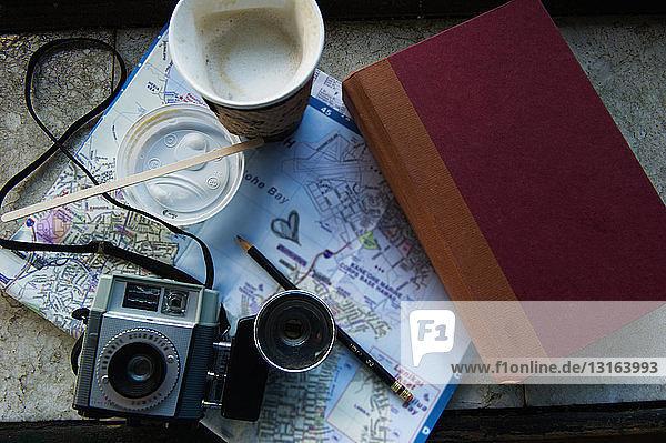Kamera  Kaffee und Buch auf der Karte