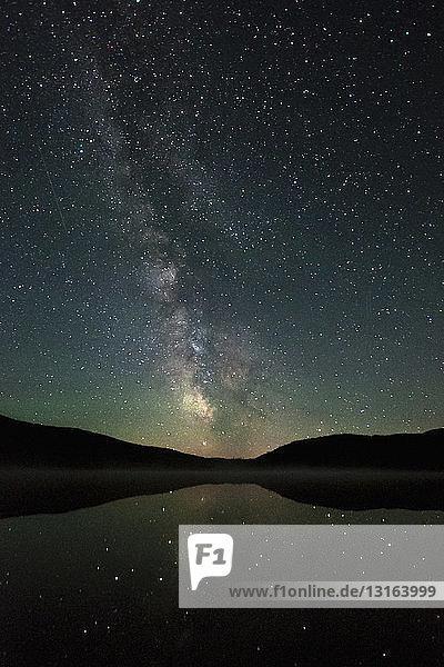 See und Sterne bei Nacht  Okanagan Highlands  Penticton  Britisch-Kolumbien  Kanada