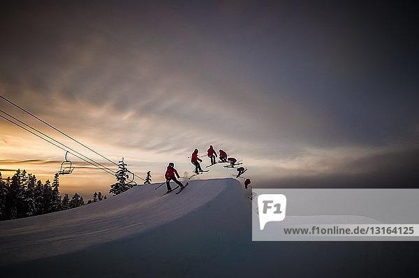 Mehrfaches Bild eines Skifahrers in der Luft beim Weichenkorken 540  Whistler Blackcomb  British Columbia  Kanada