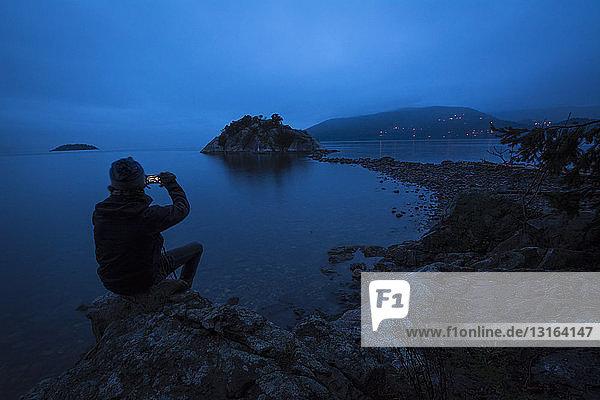 Menschensilhouette am Pazifischen Ozean  Whytecliff Park  West Vancouver  Britisch-Kolumbien  Kanada
