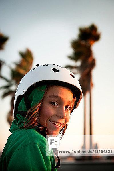 Junge mit Helm im Skatepark