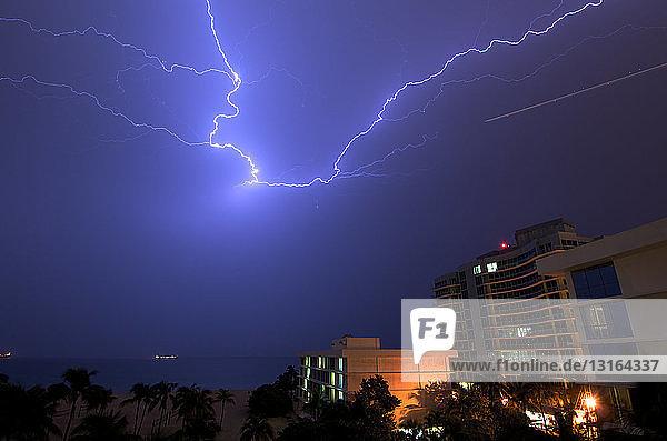 Blitzfunken über den Hotels und dem Atlantischen Ozean in Fort Lauderdale  Florida  USA