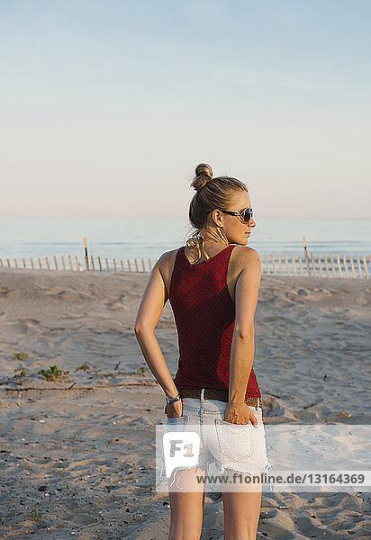 Mittlere erwachsene Frau am Rockaway Beach stehend  New York  USA