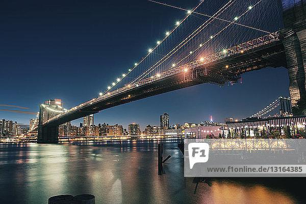 Brooklyn Bridge im Abendlicht  Manhattan  New York  USA