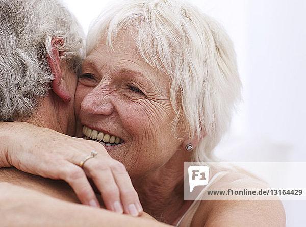 Älteres Ehepaar in Umarmung  Nahaufnahme