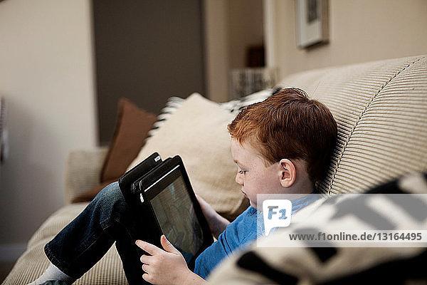 Junge mit digitalem Tablett