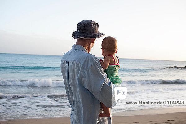 Großvater mit Enkelin am Strand,  St. Maarten,  Niederlande