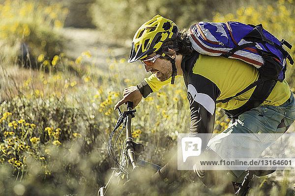 Junger Mann beim Mountainbiking  Fontana  Kalifornien  USA