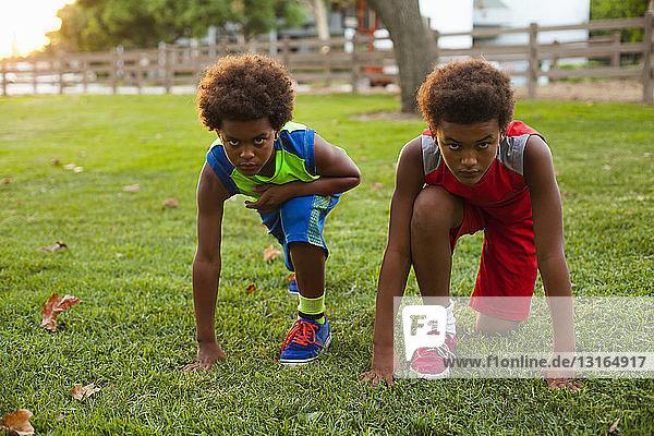 Zwei Brüder bereiten sich im Park auf das Rennen vor