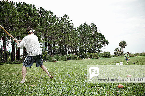 Vater und Sohn spielen Baseball auf dem Feld