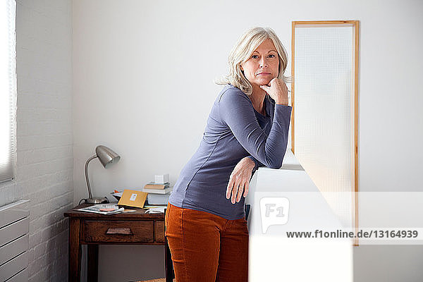 Porträt einer reifen Frau im Home Office