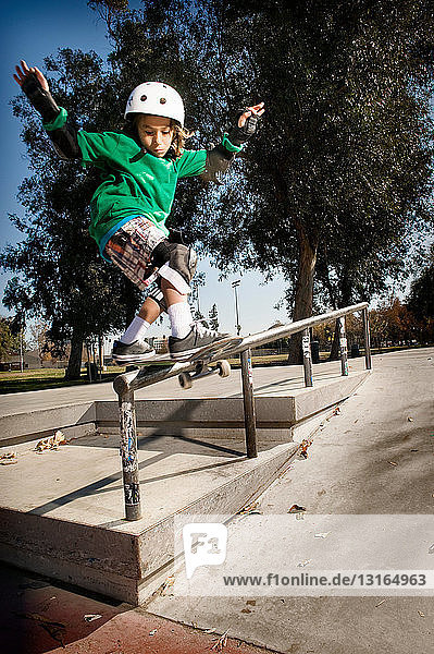Jungen laufen Schlittschuh im Skatepark