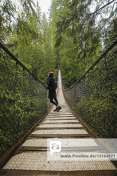 Frau auf der Lynn-Canyon-Hängebrücke  North Vancouver  Britisch-Kolumbien  Kanada