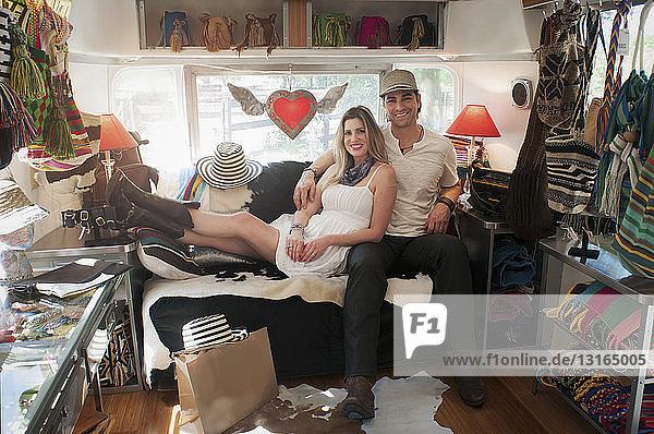 Porträt eines Ehepaares im umgebauten Boutique-Airstream-Trailer