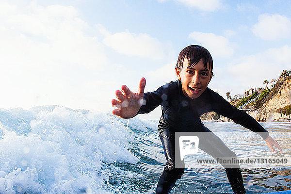 Junge Bursche beim Surfen  Encinitas  Kalifornien  USA