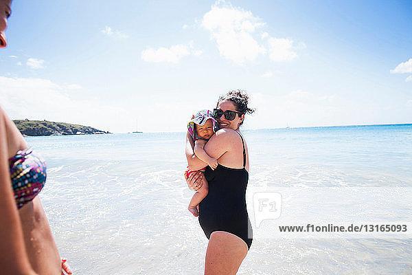 Mutter hält Tochter im Meer  St. Maarten  Niederlande Mutter hält Tochter im Meer, St. Maarten, Niederlande