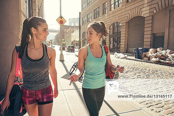 Zwei Freundinnen unterhalten sich nach der Rückkehr vom Training