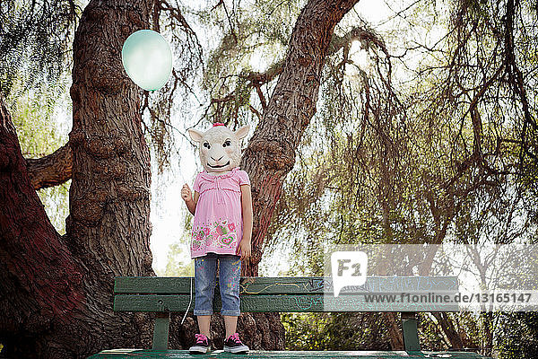 Kind im Kostüm einer Schafkopfmaske