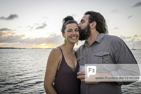 Mann küsst Freundin an der Küste auf die Wange  Islamorada  Florida  USA