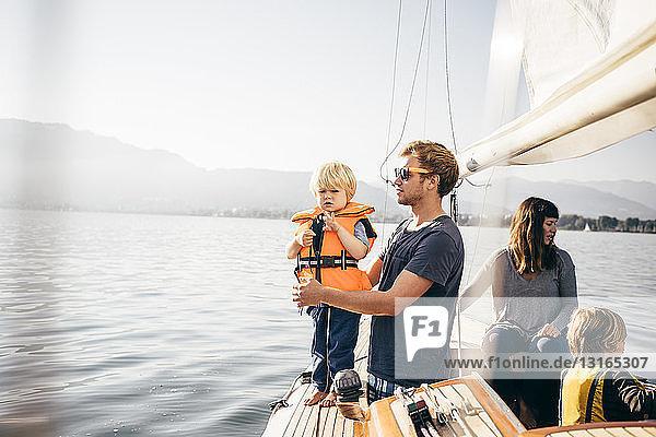 Mutter und Vater mit Söhnen auf einem Segelboot