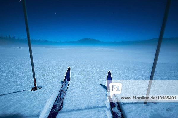 Skier und Schneestöcke auf gefrorenem See  Carmi-Langlaufloipe  Penticton  Britisch-Kolumbien  Kanada