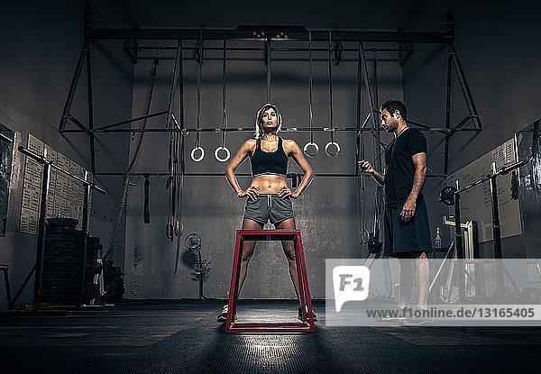 Training von Frauen unter Anleitung eines Trainers im Fitnessstudio