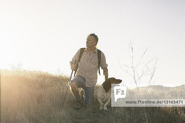 Ein reifer Mann und sein Dachshund machen eine Wanderpause in den Santa Monica Mountains  Kalifornien  USA