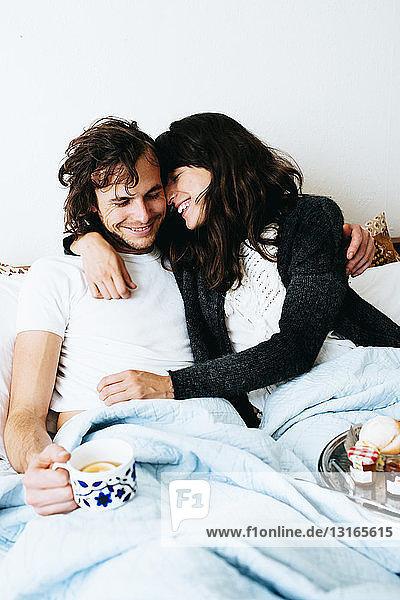 Ehepaar beim Frühstück im Bett