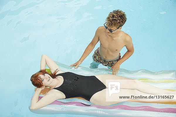 Draufsicht eines jungen Paares im Schwimmbad