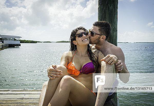Junges Paar am Seepier  Islamorada  Florida  USA