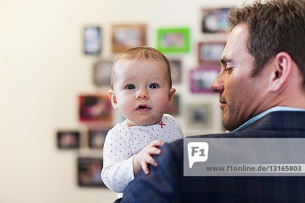Geschäftsmann mit Baby-Tochter