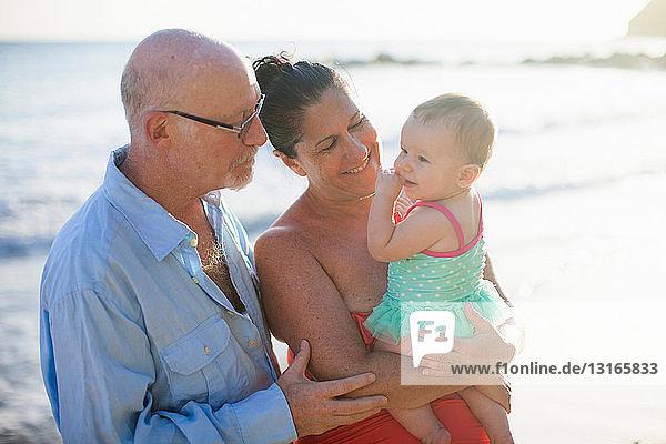 Großeltern mit Enkelin auf dem Seeweg  St. Maarten  Niederlande