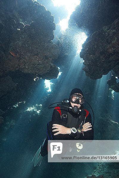 Taucher in Unterwasser-Höhle