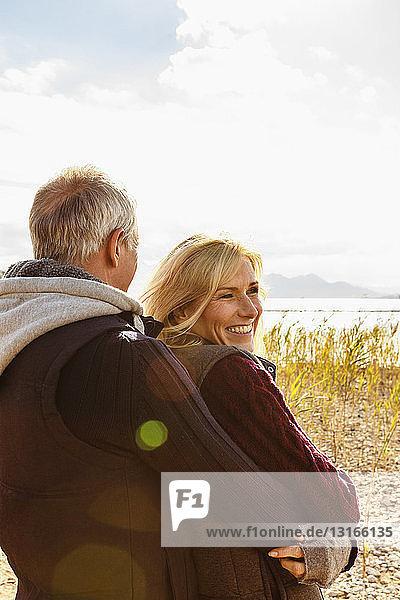 Reifes Paar  im Freien  Umarmen  Lächeln  Rückansicht